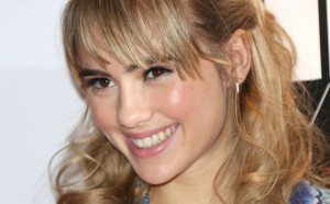 Suki-Waterhouse-Face-Closeup