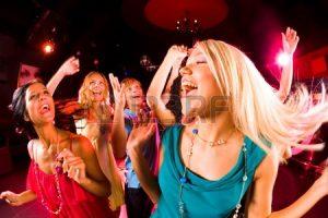 8507883-portrait-de-jeune-fille-enjouee-dansant-au-parti-avec-ses-amis-sur-fond